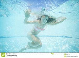 Rustine Piscine Sous L Eau : belle jeune femme nageant sous l 39 eau dans la piscine photo stock image du vacances s curit ~ Farleysfitness.com Idées de Décoration