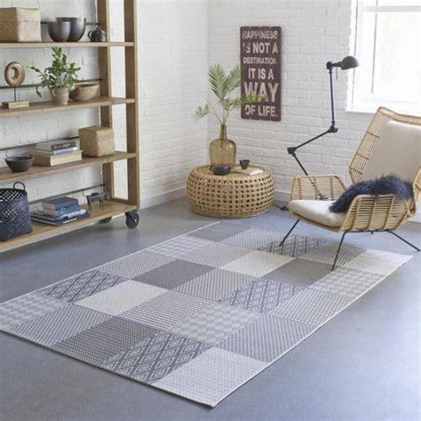 petit fauteuil de chambre le tapis patchwork une décoration facile pour l 39 intérieur