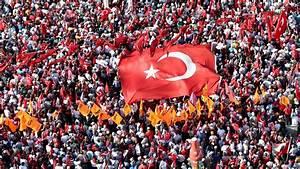 Turkey's democratic future: Hanging by a thread - Qantara.de