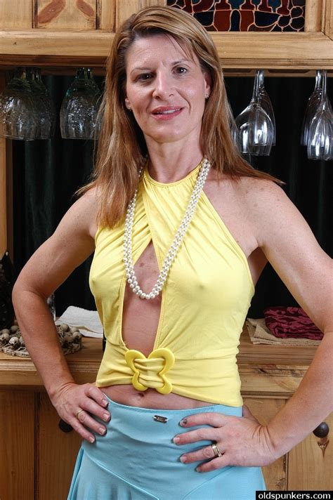 Older Blonde Linda Poses Fully Clothed Before Flashing