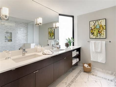Modernes Badezimmer Galerie by Bloombety Modern Bathroom With Wall Mirror Picture