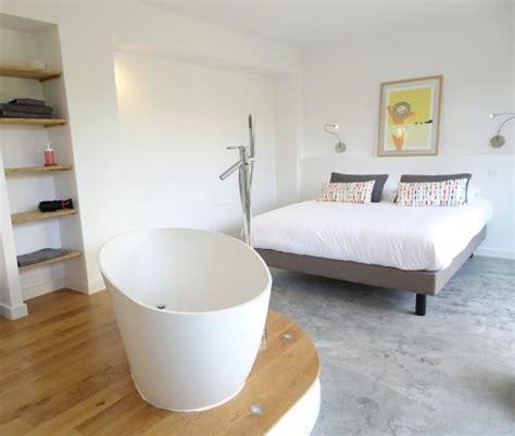 hotel avec baignoire dans la chambre le lodge le jardin et la piscine photo de le cube plage