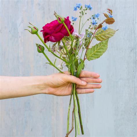 Blumenstrauß Selber Binden Anleitung by Einen Blumenstrau 223 Selber Binden So Geht Es Schritt F 252 R