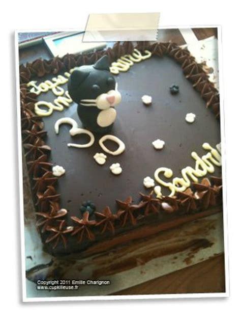 g 226 teau d anniversaire brownie aux noisettes p 233 pites de chocolat et nougatine d 233 coration