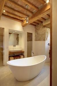 Salle De Bain En Bois : id e d coration salle de bain une baignoire lot blanche et un plafond en bois dans la salle ~ Teatrodelosmanantiales.com Idées de Décoration