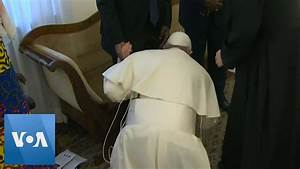Pope Kisses Feet Of South Sudan Leaders  Urging Them To Keep Peace