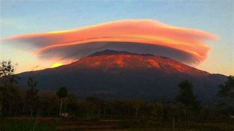 puncak gunung lawu muncul fenomena topi awan berikut
