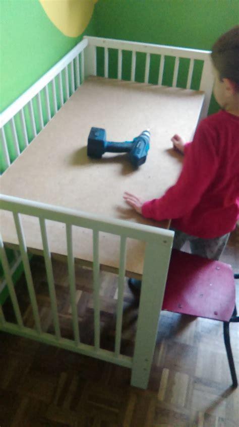 bureau bébé ikea un lit bébé qui devient un bureau d 39 enfant bidouilles ikea
