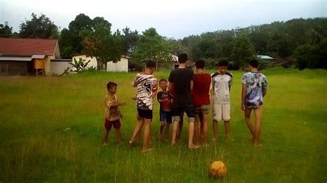 wow anak kecil nantang orang main sepak bola youtube