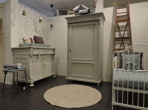 brocante babykamer met lichtgrijze kast doorgeschuurde