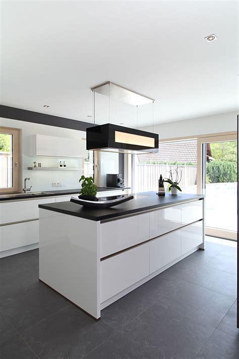 Moderne Kücheninsel Mit Schwarzen Fliesen Küchen