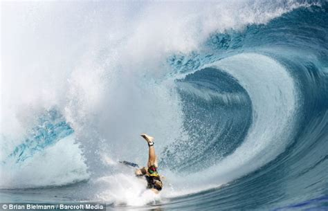 wipeout wave surfer waves tahiti surfing surfers crash dangerous most wipeouts teahupoo amazing powerful fail 50ft through hawaii shore air