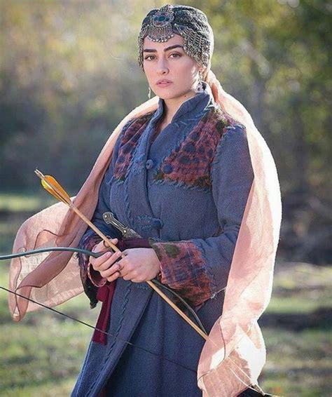 Ertuğrul dizisindeki halime hatun karakterini canlandırmasıyla başladı. Esra Bilgiç Biography, Drama List, Height, Age, Family, Net Worth