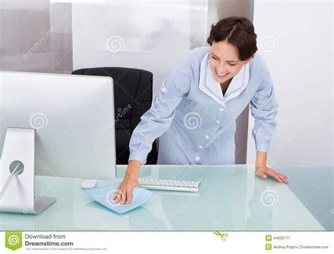 bureau d oeuvre bureau de nettoyage de d 39 œuvre féminine photo stock