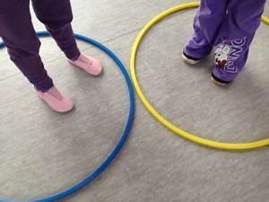 Indoor Aktivitäten Kinder : nur zu hause ist es warm variante gymnastikreifen bewegung kindergarten indoor activities ~ Eleganceandgraceweddings.com Haus und Dekorationen