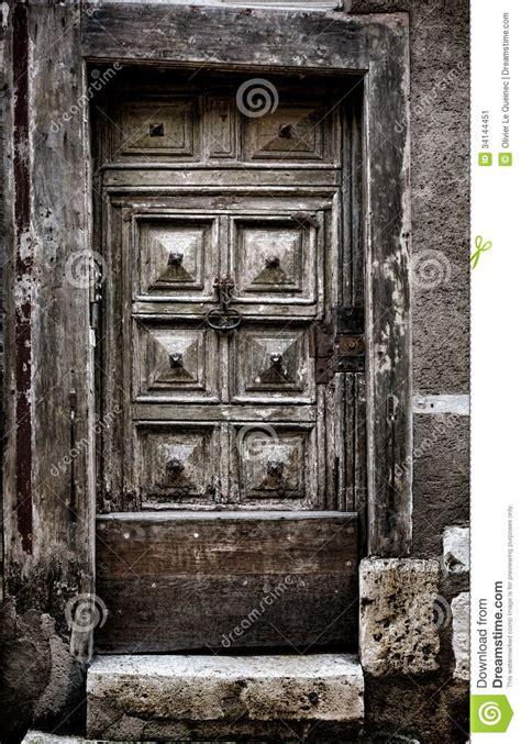 vieille porte en bois m 233 di 233 vale dans le b 226 timent historique image stock image 34144451