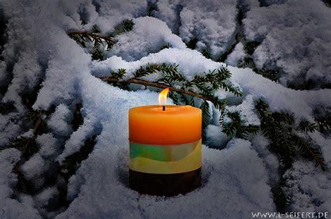 kerze im schnee die waerme der kerze im gegensatz zur