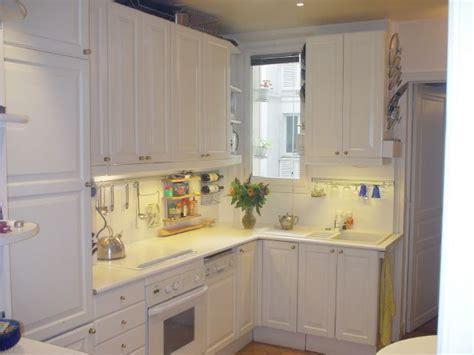 lave linge dans la cuisine cuisine avec lave vaisselle vier sale avec la vaisselle