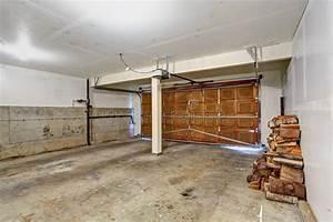 Garage Im Haus : leere garage im alten haus stockfoto bild von wohn ~ Lizthompson.info Haus und Dekorationen