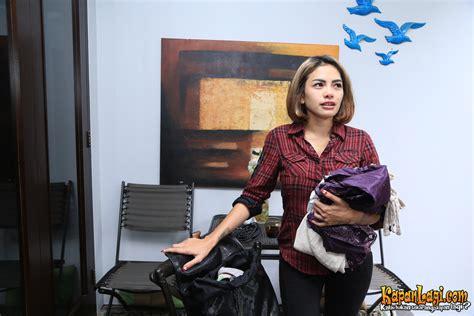 Menuju Pondok Bambu Nikita Mirzani Bergaya Ala Backpacker