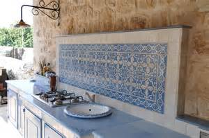 Cucina in muratura con piastrelle terracotta e top
