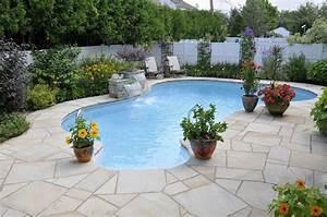 Aménagement Autour D Une Piscine : am nagement paysager autour d 39 une piscine creus e avec un trottoir en pierres naturelles ~ Melissatoandfro.com Idées de Décoration