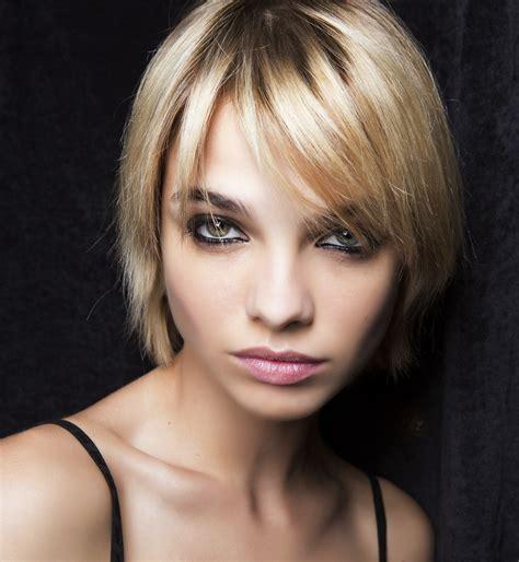 Wiele osób, zarówno mężczyzn jak i kobiet, uważa męskie fryzury krótkie za najbardziej odpowiednią formę uczesania dla. Krotkie Fryzury Damskie Kolorystyka - Frizura Wallpaper