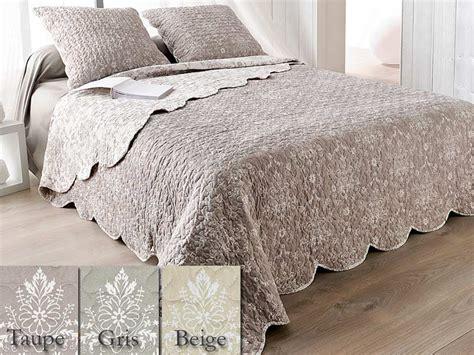 boutis pour canapé couverture boutis table de lit