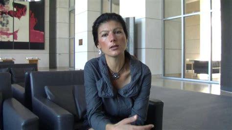 Sechs monate nach gründung ihrer sammlungsbewegung hat sahra wagenknecht den rückzug aus der ersten reihe. Sahra Wagenknecht verurteilt Banken-Union - YouTube