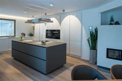 Weisse Küche Mit Kochinsel by 9 K 252 Chen Farbkonzepte Ideen Bilder Und Beispiele F 252 R
