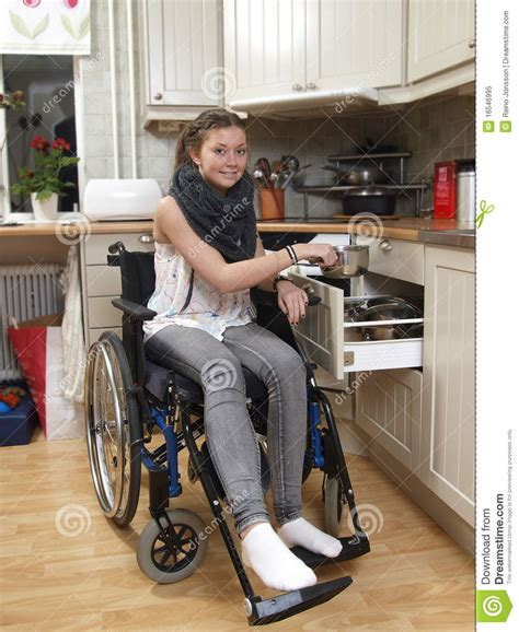 fille sur le fauteuil roulant photo libre de droits image 16546995