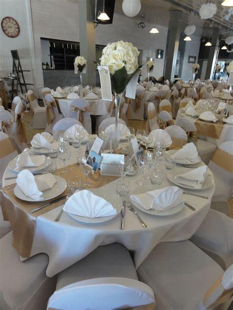table ronde avec chemin de table beige et vase 224 martini
