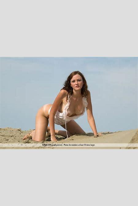 Camilla in the Sand - NudesPuri.com