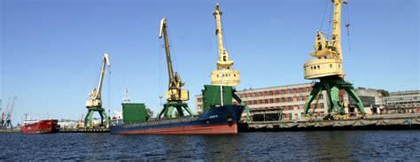 Latvijas ostās janvārī pārkrāva par 28,8% mazāk kravu / Diena