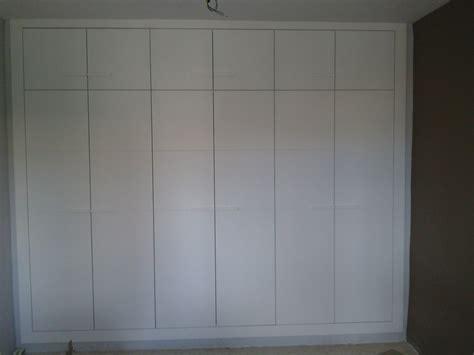 foto armario lacado en blanco  puertas abatibles de
