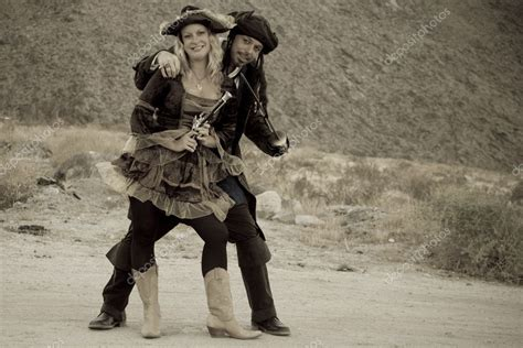 Hot Wench With Pirate In The Desert — Stock Photo
