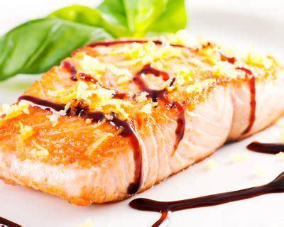cuisiner le pavé de saumon recette pavés de saumon au vinaigre balsamique