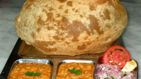 छोले भटूरे) is a food dish originating from northern india. Indian Street Food - Street Food in Mumbai - Chole bhature ...
