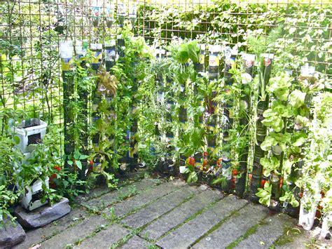 huerta vertical de botellas de plastico willem van