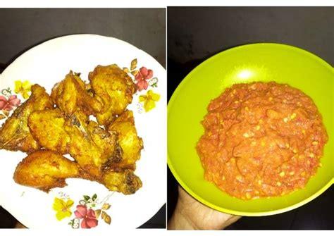 Nikmatnya sambal terasi sulit untuk ditolak! Resep Ayam Goreng Ungkep with Sambal Terasi oleh Uni Piliang - Cookpad