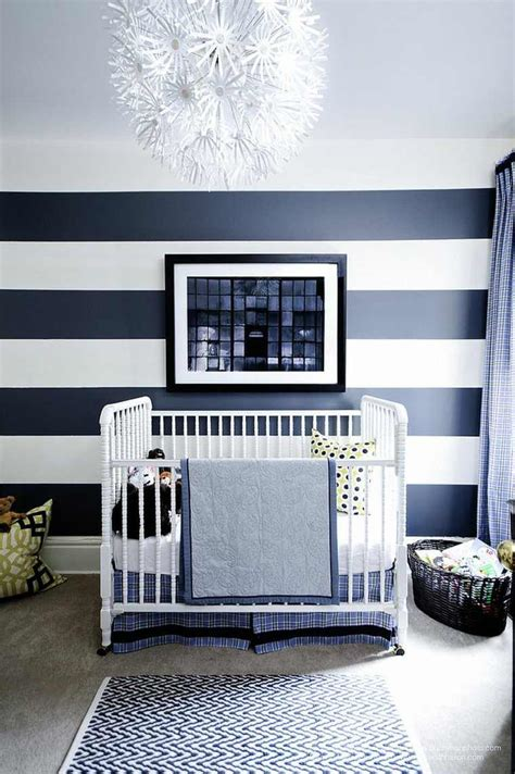 amenager chambre parents avec bebe chambre de bébé garçon et fille décorée avec des rayures