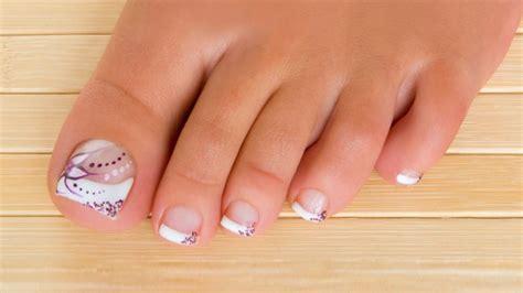 2.1 figuras de uñas para pies con flores y mariposas. Pedicura francesa con detalles y brillos - Hogarmania
