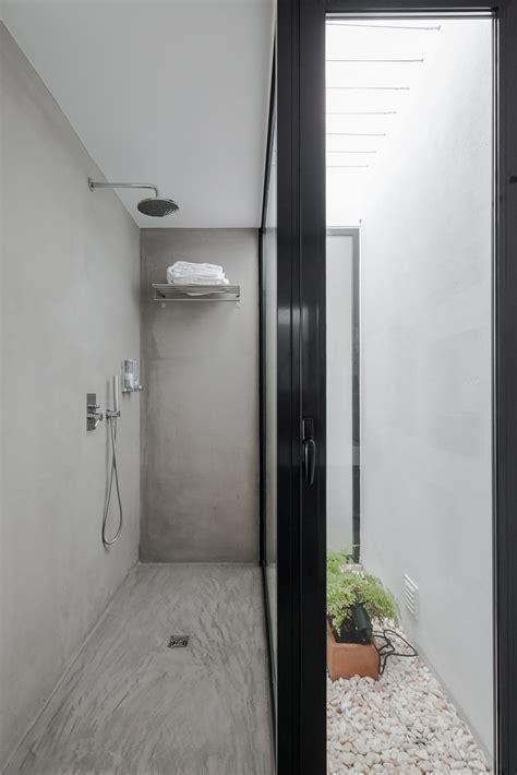 concrete walk  shower pac  monte  ida arquitectos