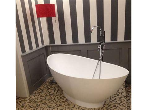 kleines badezimmer mit der freistehenden badewanne como