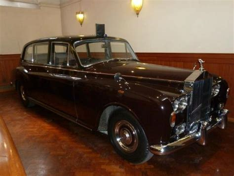roll royce royal the queen 39 s burgundy rolls royce picture of royal mews
