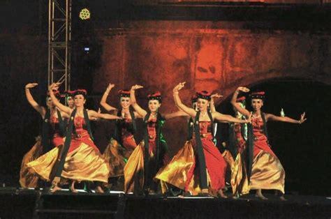 Pada umumnya musik tradisi baik vokal maupun instrumen musik modern dikenal dengan sebutan musik kreasi baru. 150+ Tarian Daerah Tradisional Nusantara Beserta Daerah ...