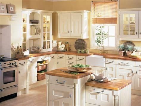 cuisine provencale blanche cuisine ancienne pour un intérieur convivial et chaleureux