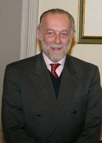 Era figlio di aimone di savoia, per un breve periodo re di croazia, che rinunciò al titolo nel 2006 amedeo ha rivendicato per sé il titolo di duca di savoia e il ruolo di capo della real casa, in disputa con vittorio emanuele di savoia. Messaggio di fine anno 2012 | Baionette Librarie