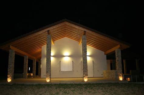 L'esterno Di Una Casa Illuminata Da Faretti Led