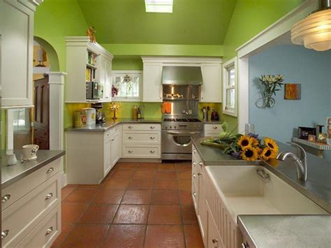 10 beautiful kitchens with green walls 563 Laura Dalzell green traditional kitchen 750x563